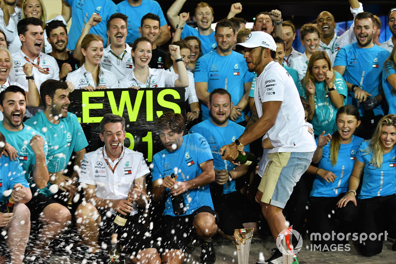 Lewis Hamilton, Mercedes AMG F1 celebrates with the team