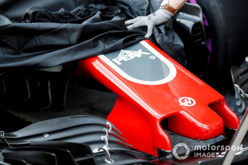 La monoposto di Pietro Fittipaldi Haas F1 Team VF-18, viene riportata ai box