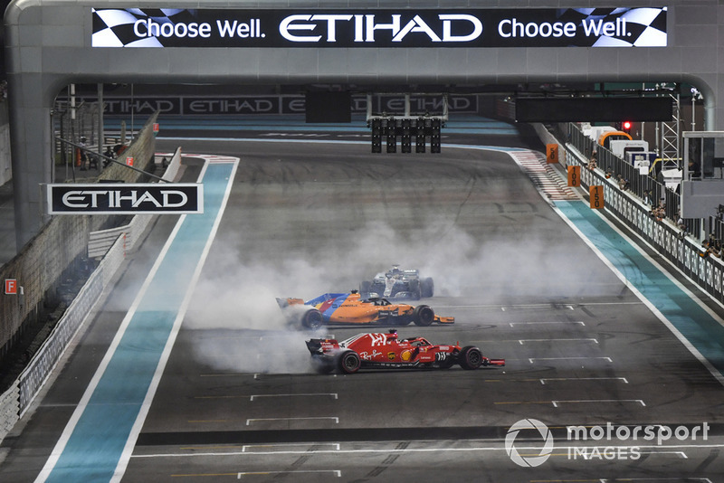 Lewis Hamilton, Mercedes-AMG F1 W09, Sebastian Vettel, Ferrari SF71H y Fernando Alonso, McLaren MCL33 haciendo donuts al final de la carrera.