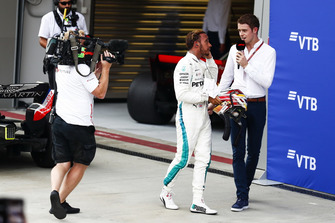 Racewinnaar Lewis Hamilton, Mercedes AMG F1, met Paul di Resta, Sky F1