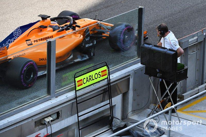 Carlos Sainz Jr., McLaren MCL33 passe devant son panneau de stand