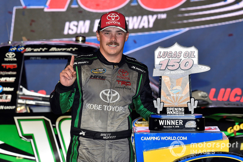 O piloto de 27 anos, que atualmente ocupa a quarta colocação na categoria de picapes da NASCAR, fraturou as duas pernas e passou por cirurgias.
