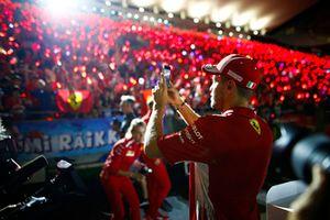 Sebastian Vettel, Ferrari, scatta una foto ai tifosi