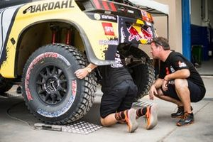 #316 Team Speed Textron: Robby Gordon guarda l'auto #306 PH-Sport Peugeot 3008 DKR: Sébastien Loeb, Daniel Elena