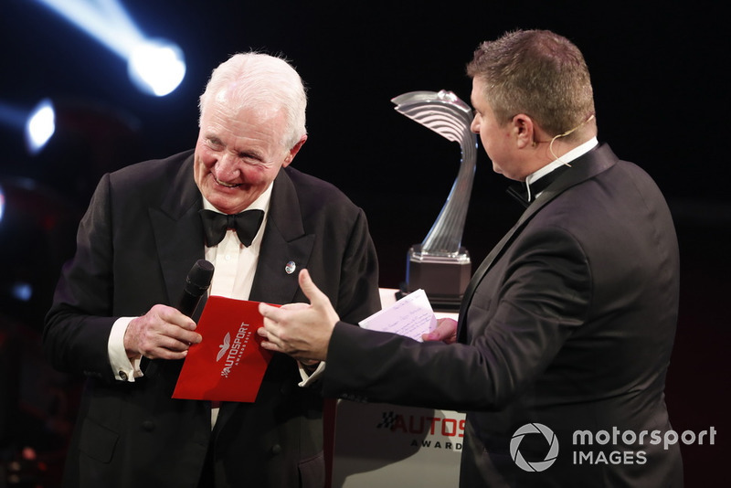 "Paddy Hopkirk appare sul palco per presentare il ""Rally Car of the Year award"""