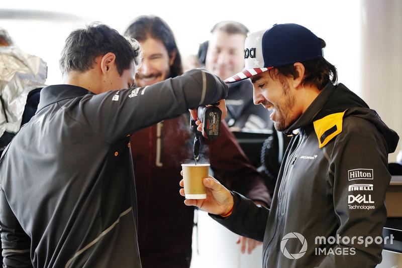 Lando Norris, McLaren, sert un thé à Fernando Alonso, McLaren.