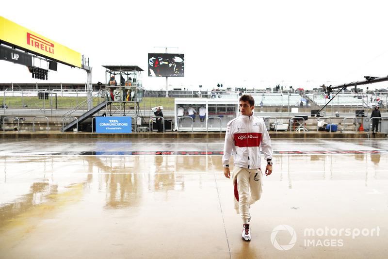 Charles Leclerc, Sauber C37 Ferrari, nella pit lane bagnata