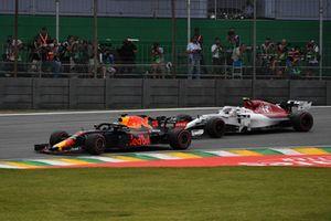 Daniel Ricciardo, Red Bull Racing RB14 leads Charles Leclerc, Sauber C37