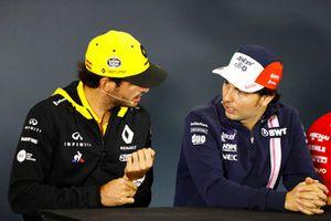 Carlos Sainz Jr., Renault Sport F1 Team, discute avec Sergio Perez, Force India, lors de la conférence de presse
