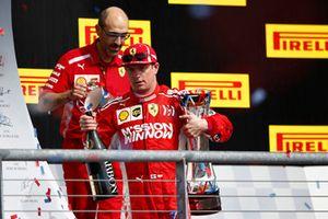 Kimi Raikkonen, Ferrari, 1° classificato, sul podio con il trofeo e lo Champagne