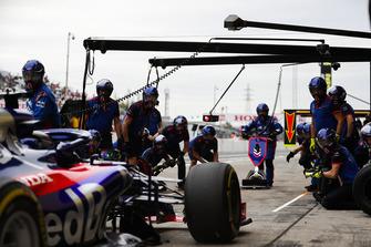 Brendon Hartley, Toro Rosso STR13, s'arrête au stand