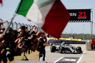 Lewis Hamilton, Mercedes AMG F1 W09 EQ Power+, rientra nel parco chiuso mentre il Ferrari team festeggia con una bandiera italiana