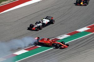 Sebastian Vettel, Ferrari SF71H va in testacoda dopo il contatto con Daniel Ricciardo, Red Bull Racing RB14