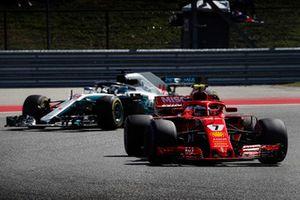Kimi Raikkonen, Ferrari SF71H, devant Lewis Hamilton, Mercedes AMG F1 W09 EQ Power+