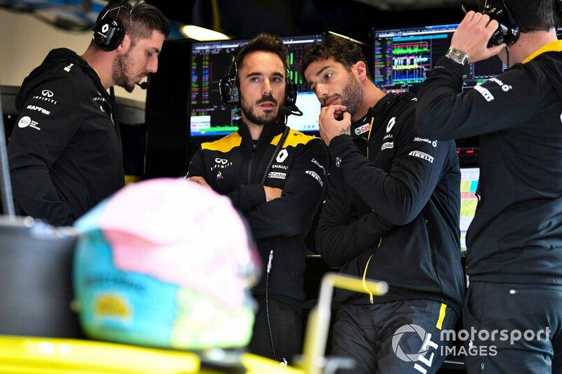 Даниэль Риккардо с инженерами Renault