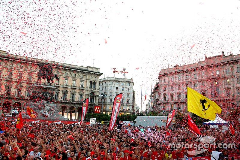 La Piazza Duomo con los fans de Ferrari