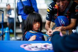 Sergio Perez, Racing Point, firma un autografo
