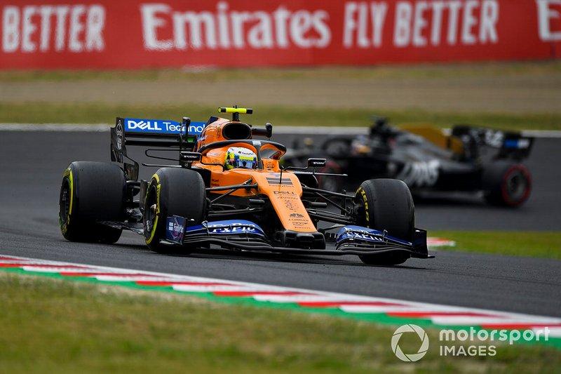 Lando Norris, McLaren MCL34, devant Romain Grosjean, Haas F1 Team VF-19