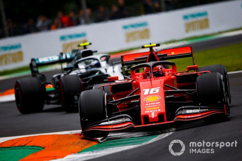 Charles Leclerc, Ferrari SF90, precede Valtteri Bottas, Mercedes AMG W10