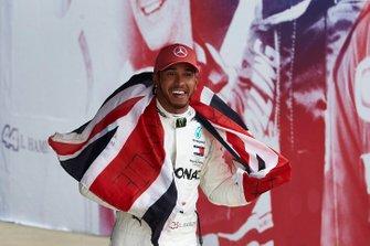Lewis Hamilton, Mercedes AMG F1, 1ª posición, celebra con sus fans