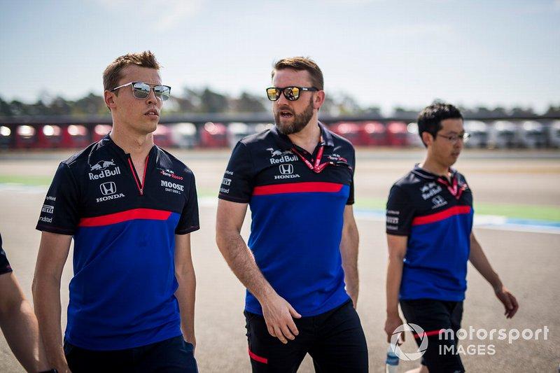 Daniil Kvyat, Toro Rosso camina por la pista con sus mecánicos