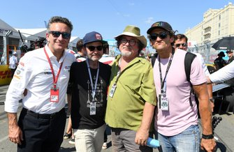 Alejandro Agag, CEO, Formula E con el actor Fisher Stevens, Casey Neistat