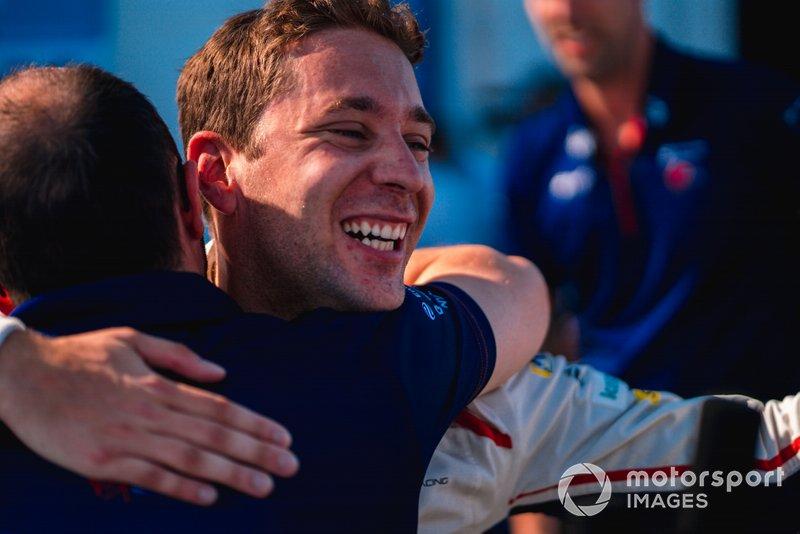 Il vincitore della gara Robin Frijns, Envision Virgin Racing festeggia con il suo team