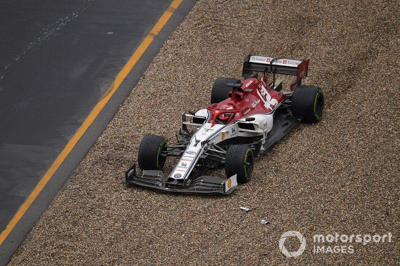 Kimi Raikkonen, Alfa Romeo Racing C38, en la grava