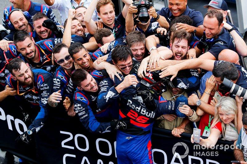 Tercer lugar Daniil Kvyat, Toro Rosso celebra con el equipo