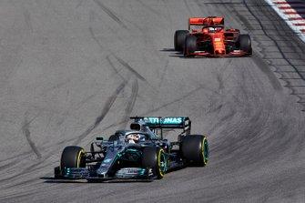Lewis Hamilton, Mercedes AMG F1 W10, devant Sebastian Vettel, Ferrari SF90
