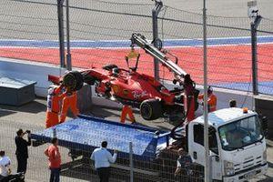 Les commissaires mettent la voiture de Sebastian Vettel, Ferrari SF90, sur un camion