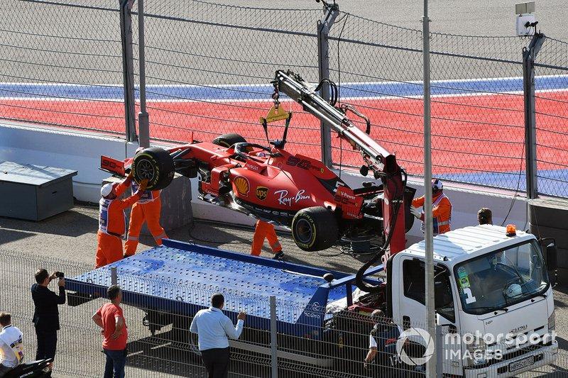 Marshal caricano l'auto di Sebastian Vettel, Ferrari SF90, su un camion