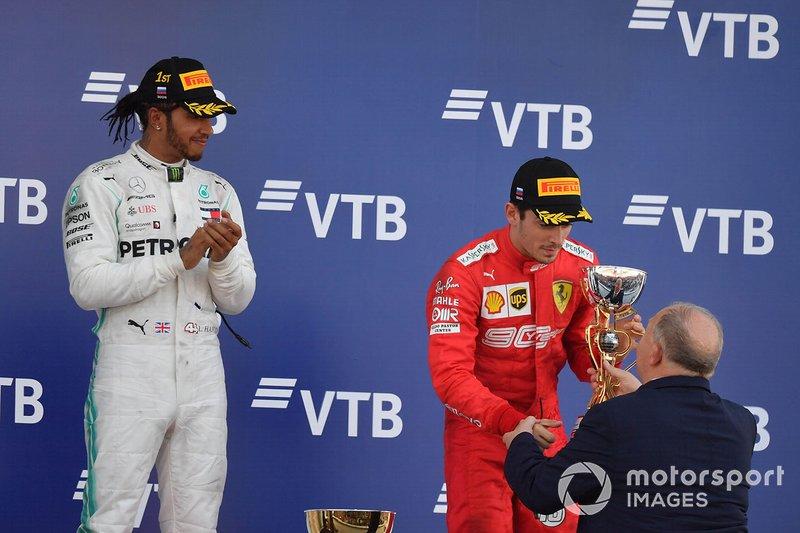 Charles Leclerc, Ferrari, terzo classificato, riceve il trofeo