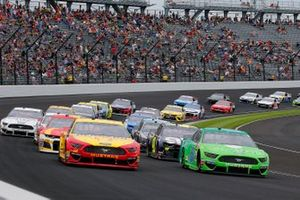 Joey Logano, Team Penske, Ford Mustang Shell Pennzoil and Ryan Newman, Roush Fenway Racing, Ford Mustang Acorns restart