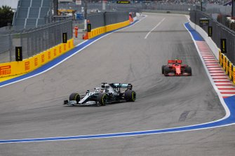 Lewis Hamilton, Mercedes AMG F1 W10, voor Charles Leclerc, Ferrari SF90