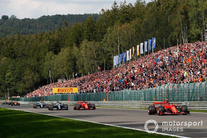 Charles Leclerc, Ferrari SF90, Sebastian Vettel, Ferrari SF90, Lewis Hamilton, Mercedes AMG F1 W10 y Valtteri Bottas, Mercedes AMG W10