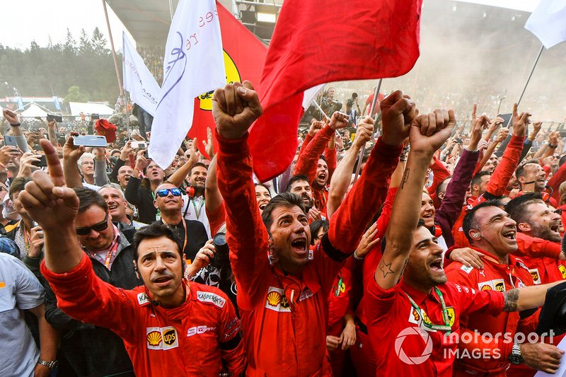 El equipo Ferrari celebra bajo el podio