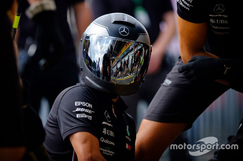 Membro da Mercedes AMG F1 durante treinos de pit stop