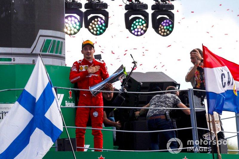 Il vincitore della gara Charles Leclerc, Ferrari festeggia sul podio con il trofeo