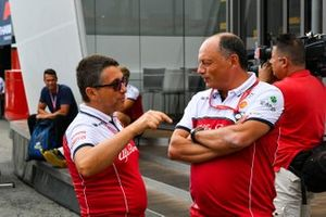 Frederic Vasseur, Team Principal, Alfa Romeo Racing, e Marcus Ericsson, pilota di riserva, Alfa Romeo Racing