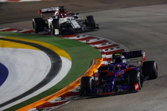 Pierre Gasly, Toro Rosso STR14, leads Kimi Raikkonen, Alfa Romeo Racing C38