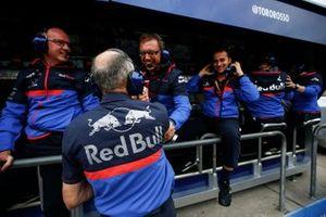 Руководитель Scuderia Toro Rosso Франц Тост с сотрудниками на командном мостике