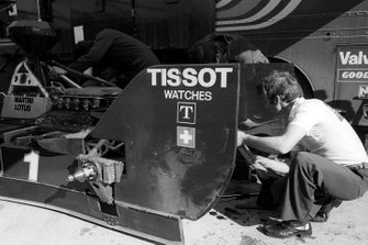 Mécano au travail sur la Lotus 80 de Mario Andretti