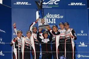 Подиум: победители Майк Конвей, Камуи Кобаяши и Хосе Мария Лопес; второе место – Себастьен Буэми, Казуки Накаджима и Брендон Хартли, Toyota Gazoo Racing