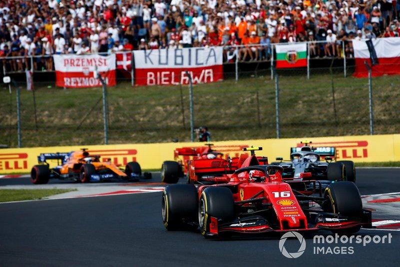 Charles Leclerc, Ferrari SF90, lidera Valtteri Bottas, Mercedes AMG W10, Sebastian Vettel, Ferrari SF90, y Carlos Sainz Jr, McLaren MCL34