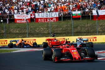 Charles Leclerc, Ferrari SF90, precede Valtteri Bottas, Mercedes AMG W10, Sebastian Vettel, Ferrari SF90, e Carlos Sainz Jr., McLaren MCL34