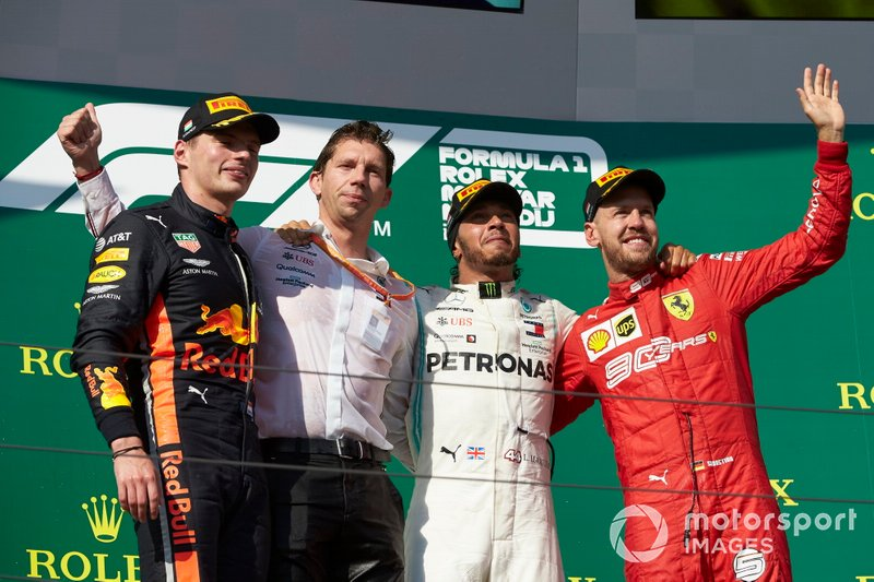 Il secondo classificato Max Verstappen, Red Bull Racing, Matt Deane, Capo Meccanico, Mercedes AMG, il primo classificato Lewis Hamilton, Mercedes AMG F1, e il terzo classificato Sebastian Vettel, Ferrari, sul podio