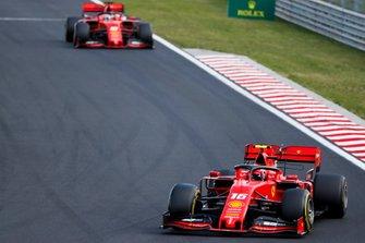 Charles Leclerc, Ferrari SF90, precede Sebastian Vettel, Ferrari SF90