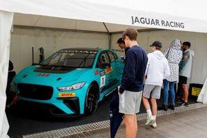 Fans con el Jaguar I-PACE eTrophy