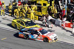 Crash dans les stands : Matt Kenseth, Joe Gibbs Racing Toyota et Regan Smith, Tommy Baldwin Racing Chevrolet
